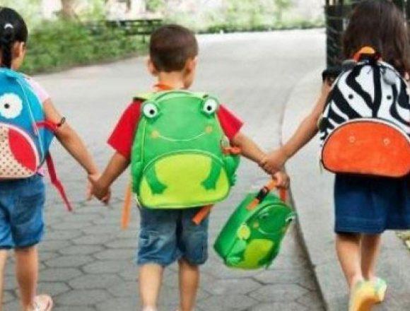 Zeci de copii din Bistriţa, încurajaţi – cu un cadou – să nu renunţe