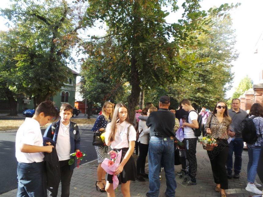 """FOTO/VIDEO:  Străzi pline de elevi cu flori în mână! A început şcoala! """"Un an de 10 tuturor!"""""""