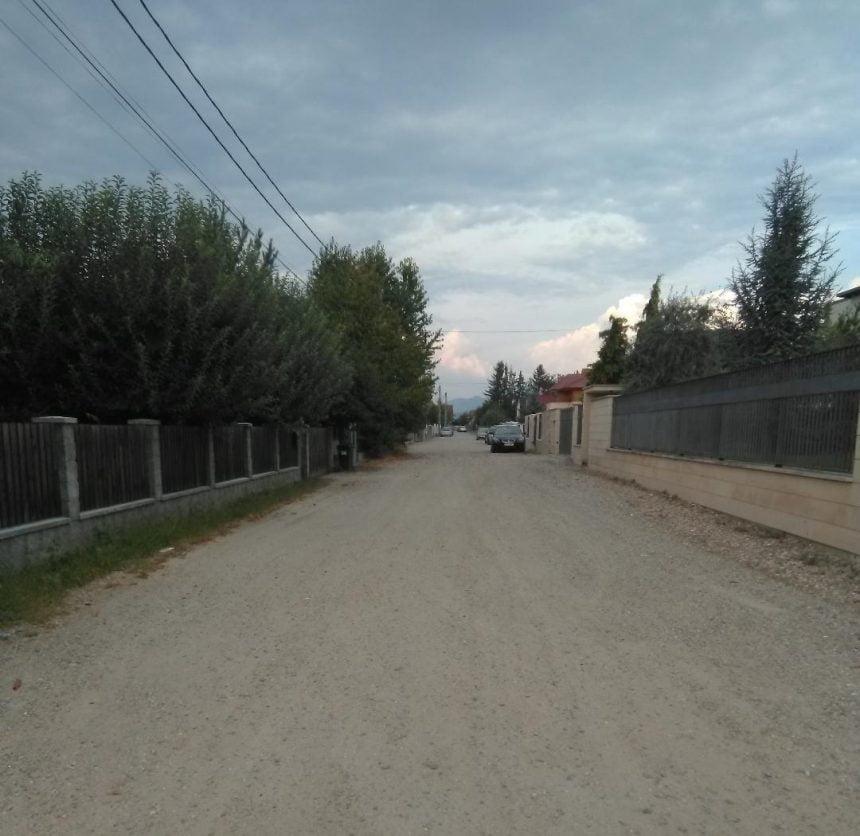 """DEZAMĂGIRE cruntă pentru locuitorii străzii Remus Cristian Bucur: """"La câţiva paşi de centrul oraşului, trăim în praf, întuneric şi noroi!"""""""
