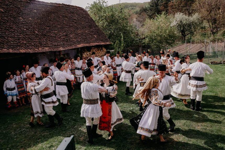 Din bătrâni:  O incursiune emoţionantă în profunzimea tradiţiilor româneşti, mâine, la Bistriţa!