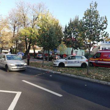 FOTO/VIDEO: GRAV accident pe un bulevard din Bistrița. Doi tineri spulberați de mașină