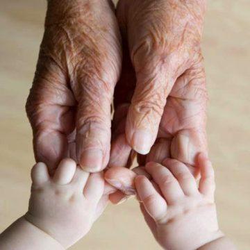 Bunicii ar putea primi bani ca să îngrijească de nepoți