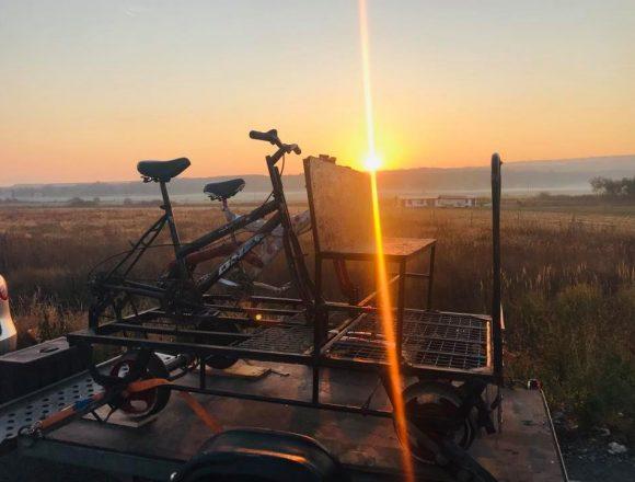 """Ce spuneți de o """"ciclodrezină""""? În weekend se poate pedala pe calea ferată la Teaca"""