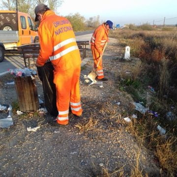 FOTO Nesimțirea șoferilor a scos la curățenie muncitorii de la Drumuri Naționale