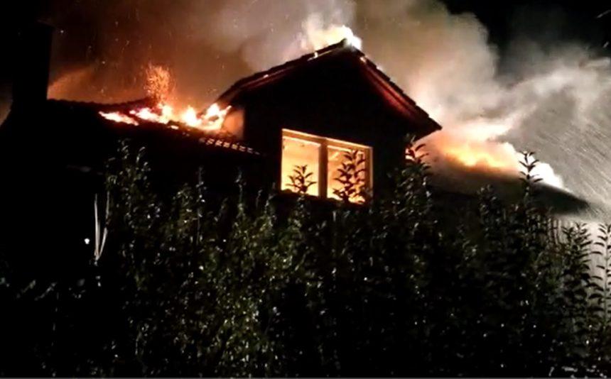 VIDEO- Dumitra: Mobilizare de forțe salvatoare la o casă cuprinsă de flăcări