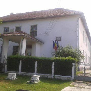 Se întâmplă în Bistrița-Năsăud: Fetiță de 7 ani trimisă acasă de la dispensarul școlar cu mâna ruptă în două locuri