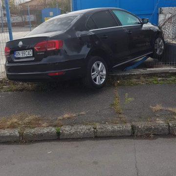 FOTO – Când vrei să impresionezi o gagică fără permis, și-i dai mașina pe mână: