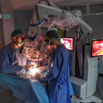 Operează ca-n filme la Spitalul Județean, văd tot cu super roboți