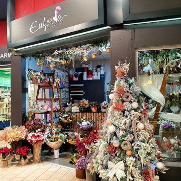 Euforia Floral Boutique îți aduce Crăciunul în casă! Aranjamente și brazi unicat, pentru un sezon de vis!