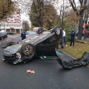 FOTO/VIDEO: Accident spectaculos pe Republicii. O mașină a ajuns cu roțile-n sus