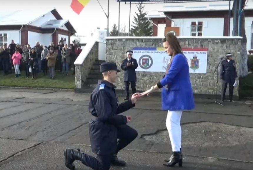 VIDEO – EMOȚIONANT: Un bistrițean și-a cerut iubita de soție la ceremonia de înaintare în grad