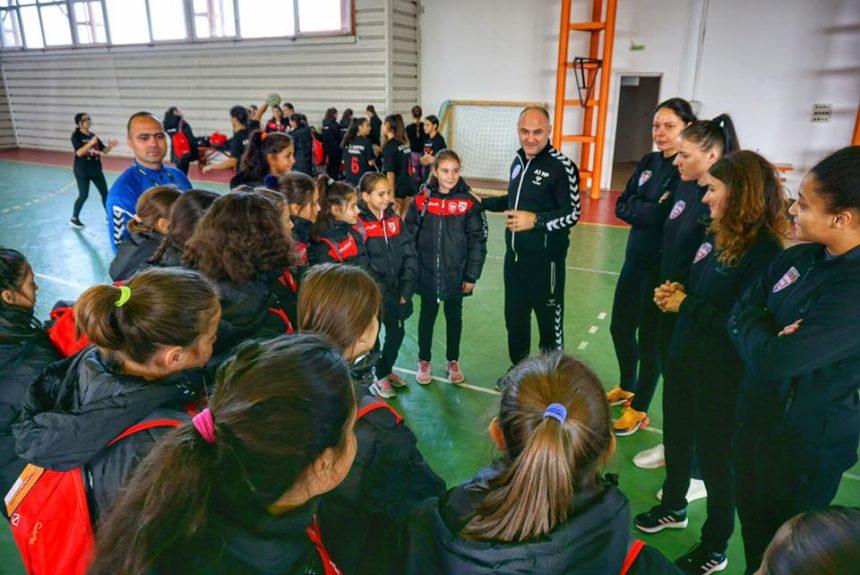 """FOTO """"Pepinieră"""" de handbaliste de performanță. Cum au fost convinse aproape 300 de fete să facă sport"""