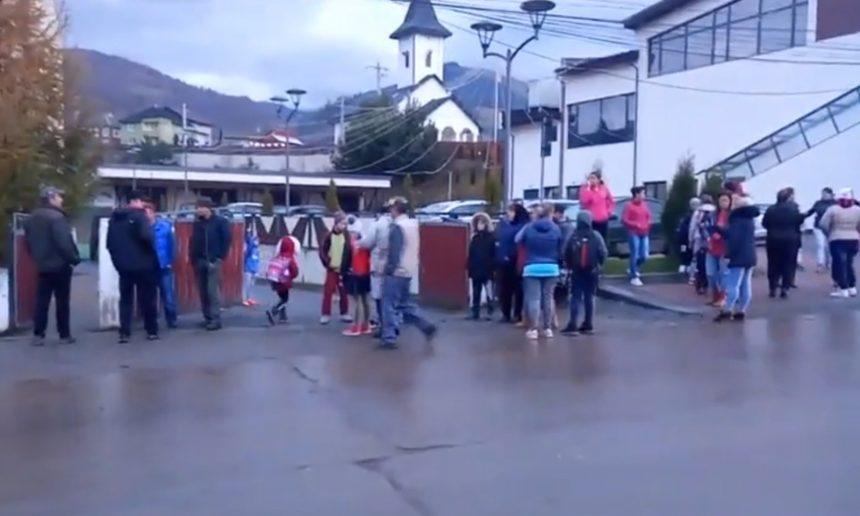 Profesorul de sport bătăuș se întoarce la catedră! Zeci de copii și elevi din Șanț protestează