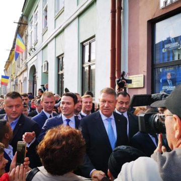 VIDEO: Președintele Klaus Iohannis, așteptat de sute de bistrițeni pe Pietonal