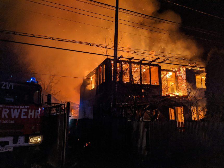 FOTO/VIDEO: Incendiu devastator în Șanț. Patru familii au rămas fără locuințe