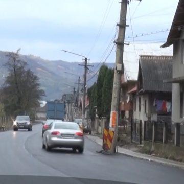 Noi capcane pentru șoferi în orașul-stațiune. Cum au ajuns stâlpii de curent pe o șosea proaspăt reabilitată: