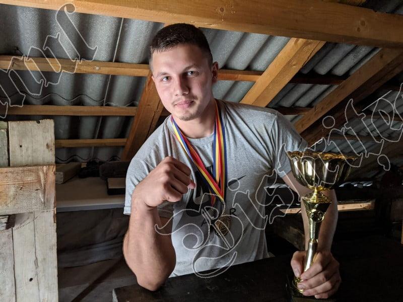 FOTO/VIDEO: S-a pregătit de unul singur și a câștigat aurul! Povestea lui Tibi, autodidact în skandenberg, un sport care nu are susținere în România!