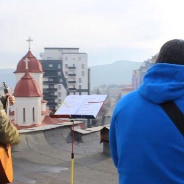 """Rostul de dimineaţă:  Doi bistriţeni, pe acoperişul oraşului…! """"Mai bine huligan, decât trădător…!"""""""