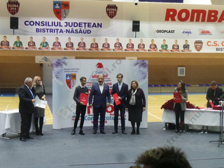 """FOTO/VIDEO. Premii pentru elitele României din Bistriţa-Năsăud: """"E mult prea puţin faţă de cât meritaţi!"""""""
