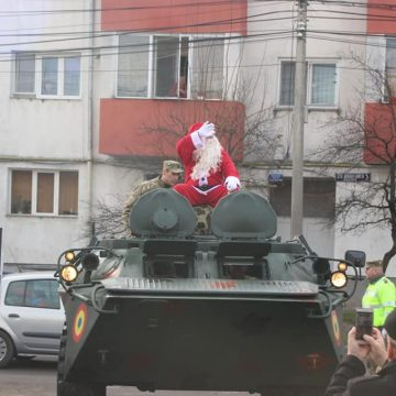 FOTO: Moș Crăciun a sosit cu un transportor amfibiu blindat