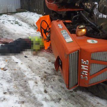 Un bărbat a fost găsit decedat, lângă tractorul pe care îl conducea