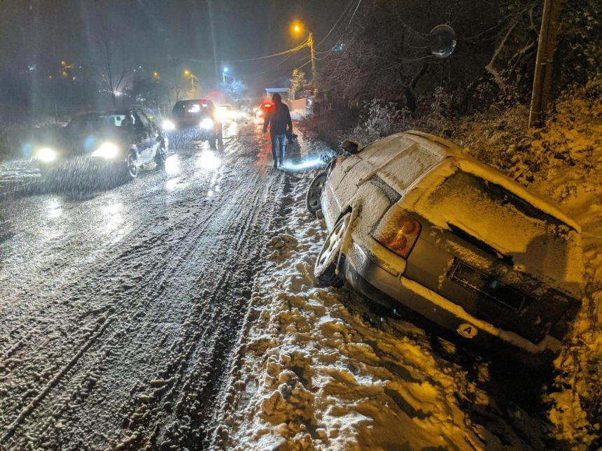 FOTO/VIDEO: A venit iarna! O confirmă mașinile ce nu pot urca dealul Jelnei!