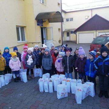 """FOTO: """"Iepurașii"""" au fost ieri ajutoarele Moșului pentru copiii străzii"""