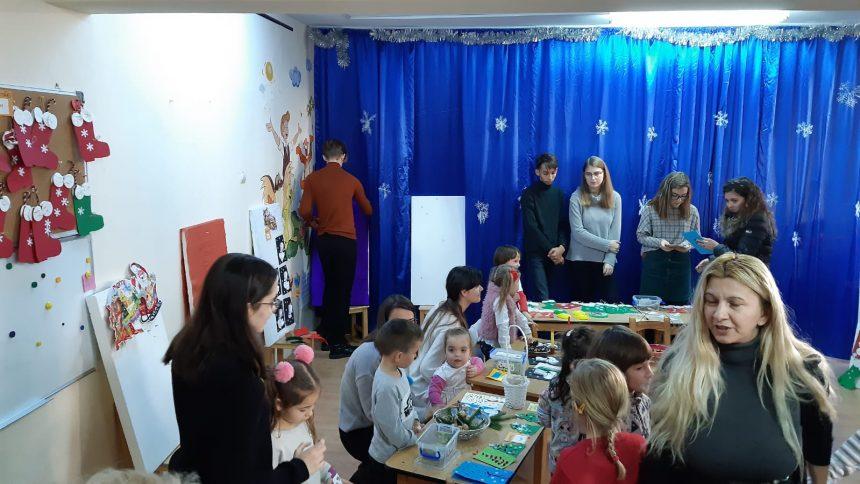 FOTO IMPRESIONANT – Lucrușoare făcute de mânuțe de copii, vândute pentru a-și ajuta o colegă: