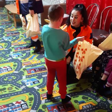 Salvatorii au îmbrăcat hainele lui Moș Crăciun pentru copiii de la Centrul din Bistrița