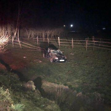 FOTO: Drumul a virat la stânga, iar tinerelul a ajuns cu mașina în decor