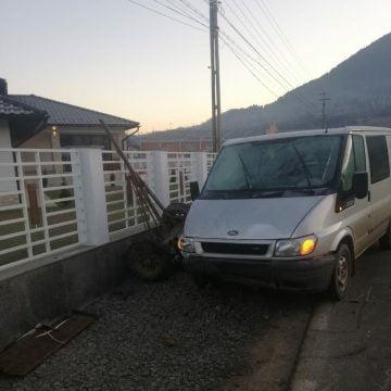FOTO: A intrat în căruța care-i circula înainte!