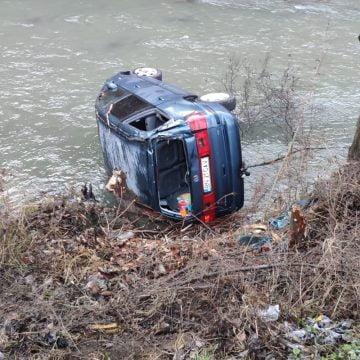 FOTO – TRAUMATIZANT: Gravidă în luna a 8-a, a plonjat cu mașina în râu