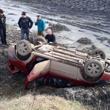 FOTO: I s-ar fi făcut rău la volan și s-a răsturnat într-o râpă
