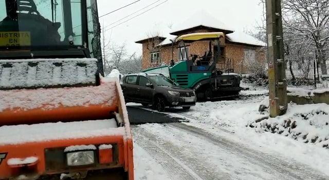 VIDEO INCREDIBIL! Doi în unu la Ardan: Un utilaj curăță zăpada, altul asfaltează