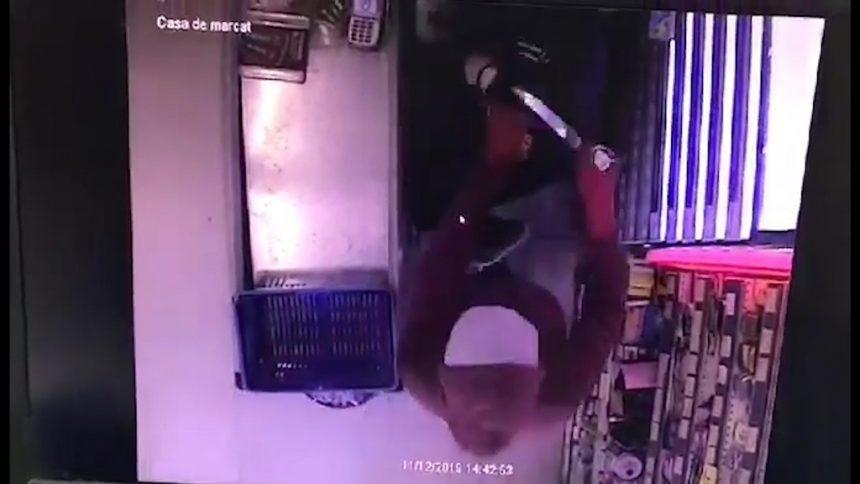 VIDEO EXCLUSIV: Tupeu! Vânzătoare trântită la pământ, cu cuțitul la gât