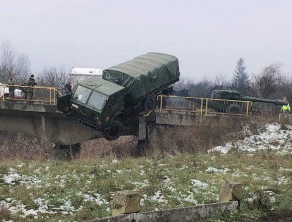La un pas de tragedie! Un camion al unității militare din Prundu Bârgăului, suspendat pe un pod din Dej