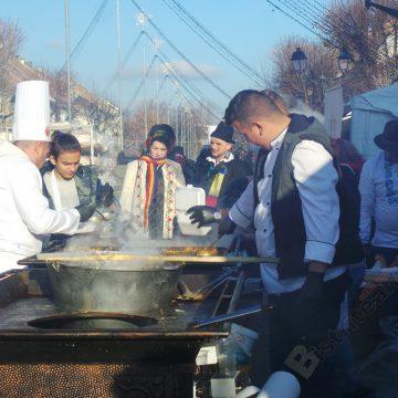 FOTO/VIDEO: Mii de bistriţeni, la coadă, ostoindu-se cu fasole şi cârnaţi. Peste 6.500 de porţii, gătite de chefi celebri
