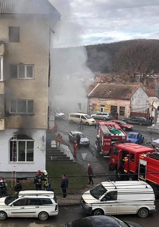 VIDEO: Un bloc din Beclean, evacuat din cauza unui incendiu izbucnit la un magazin de piese auto aflat la parter