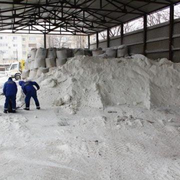 Bine că n-a nins! Autoritățile ar fi fost luate prin surprindere! AFLĂ situația stocurilor de sare și nisip