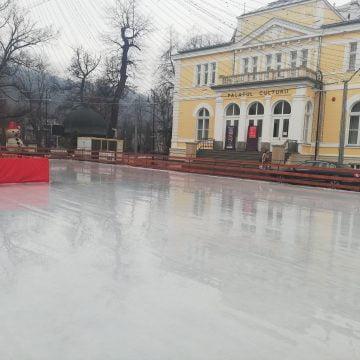 FOTO: Vremea rea nu-i sperie pe administratori! Numai pe patinatori!