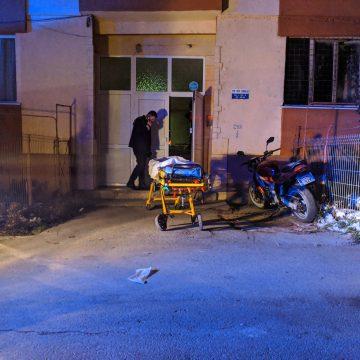 VIDEO – GRAV: Un bunic și nepoțelul lui au căzut de la etaj pe casa scării