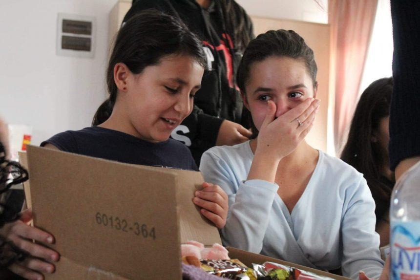 FOTO: Surpriză pentru copiii de la orfelinat! Elevii Liceului de Arte s-au transformat în Moș Crăciun