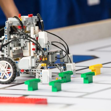 Roboți din toată țara își dau întâlnire la Bistrița, la primul concurs de robotică din oraș!