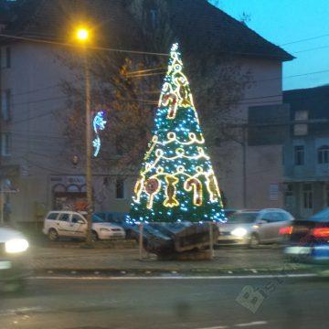 """Rostul de dimineaţă: Bătaie de joc sau neglijenţă…?!? Autorităţile locale au """"uitat"""" să pună luminiţe peste simbolul oraşului…!"""