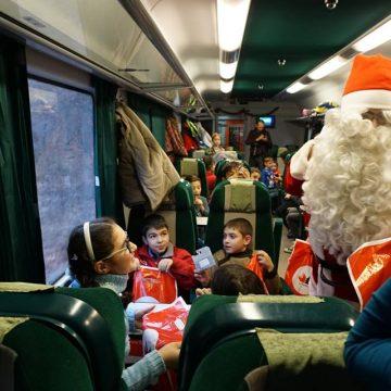 """Plimbări de poveste pentru copii, cu ocazia sărbătorilor de iarnă. Pe unde circulă """"Trenul lui Moș Crăciun"""""""