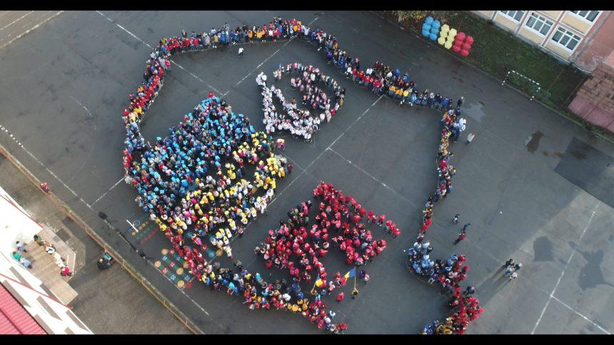 """FOTO/VIDEO SPECTACULOS! Cum a reușit o școală din Bistrița să facă o hartă """"umană"""" vizibilă din avion"""