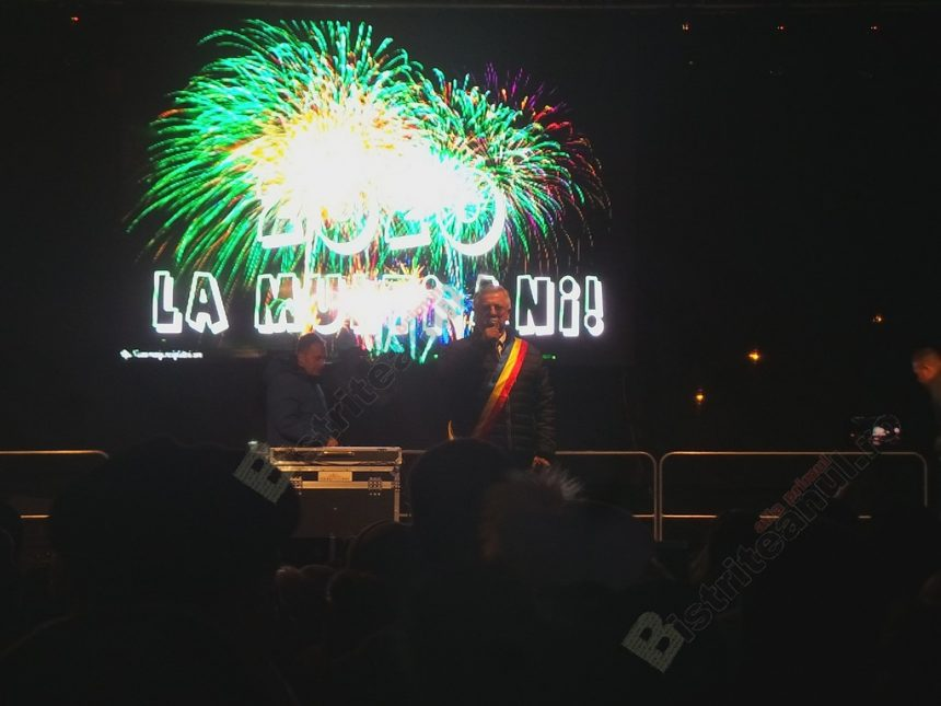 FOTO/VIDEO:  Cu spectaculoase artificii şi huiduieli, mii de bistriţeni au întâmpinat anul 2020 în stradă…