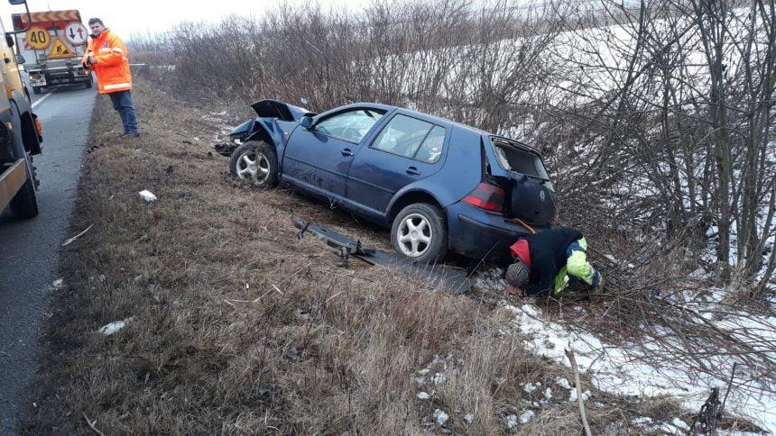 FOTO: Accident în Podirei. O femeie a rămas blocată în mașină