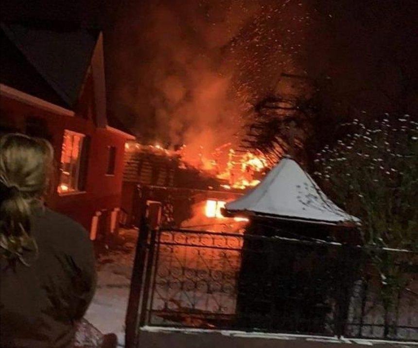 FOTO: Incendiu la o anexă gospodărească în Căianu Mic