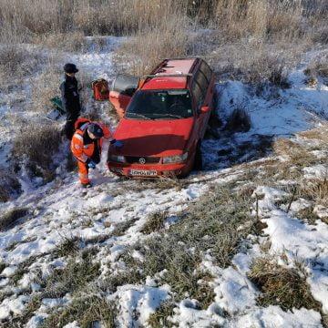 FOTO – JELNA: Accident cu victimă blocată în mașină